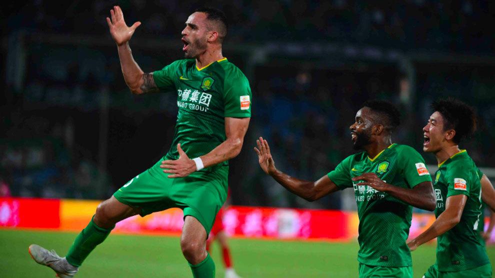 Renato Augusto corre a celebrar el primer gol del Beijing Guoan ante...
