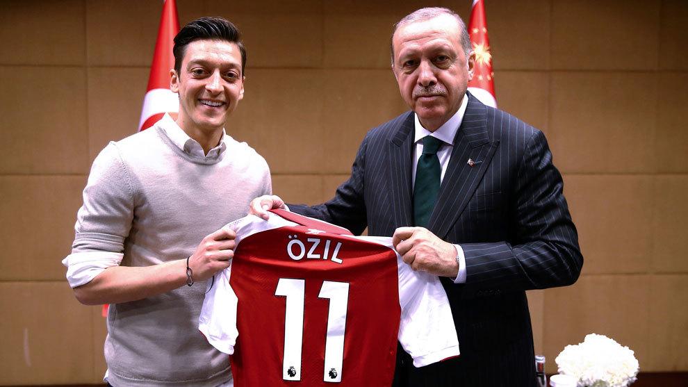 Mesut Ózil posa junto a el presidente de Turquí Erdogan.