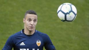 Rodrigo observa un balón durante un entrenamiento .
