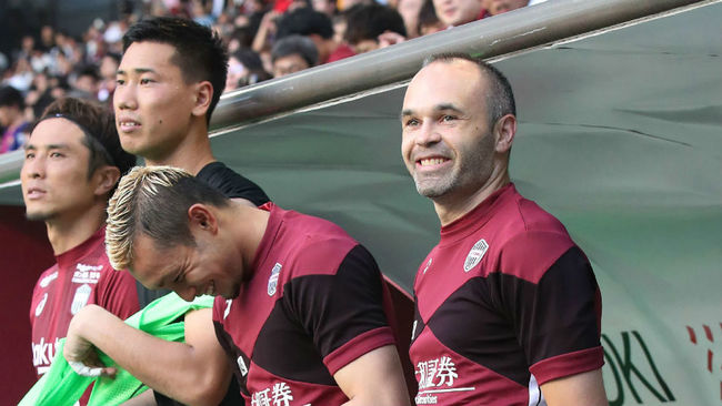 Vissel Kobe's new signing, Andres Iniesta, looks on from the bench...