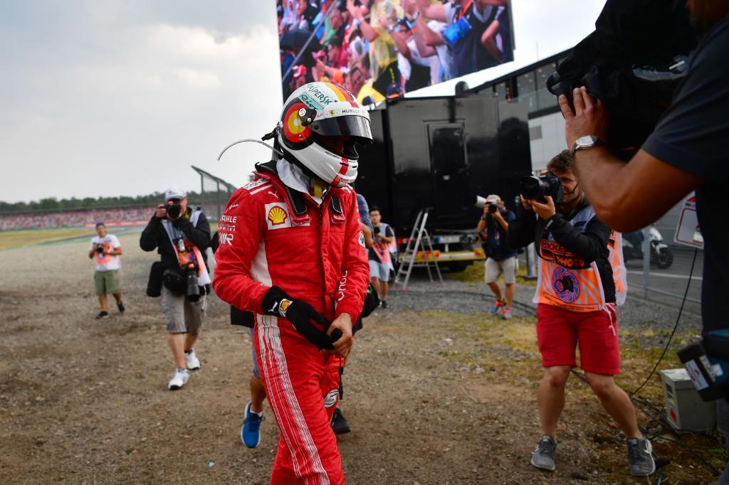 Vettel, abandonando ayer el Gran Premio de Alemania.