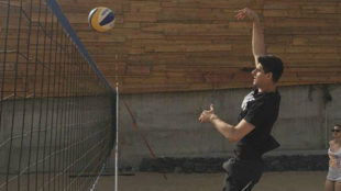 Thibaut Courtois played volleyball on the beach.