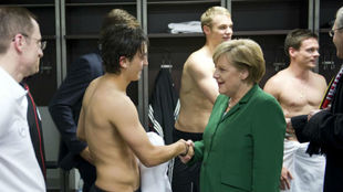 Merkel saluda a Özil tras un partido en 2010.