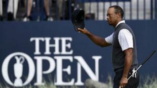 Tiger Woods saluda al final de su tercera ronda en Carnoustie.