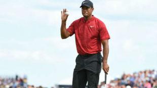 Tiger Woods saluda al público durante la última jornada del British...