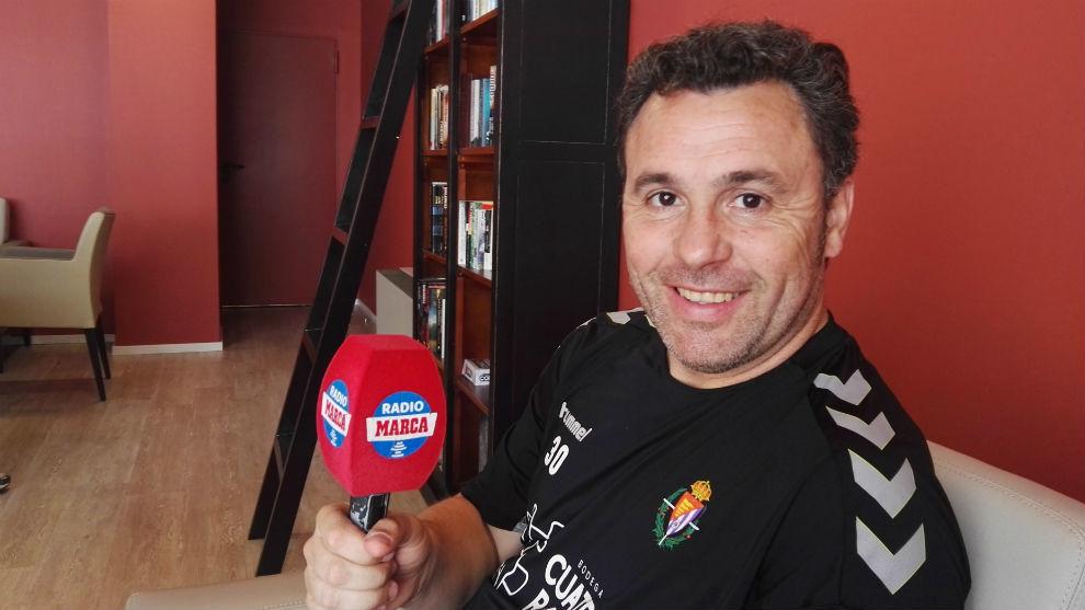 Sergio González atendiendo al micrófono de RADIO MARCA.