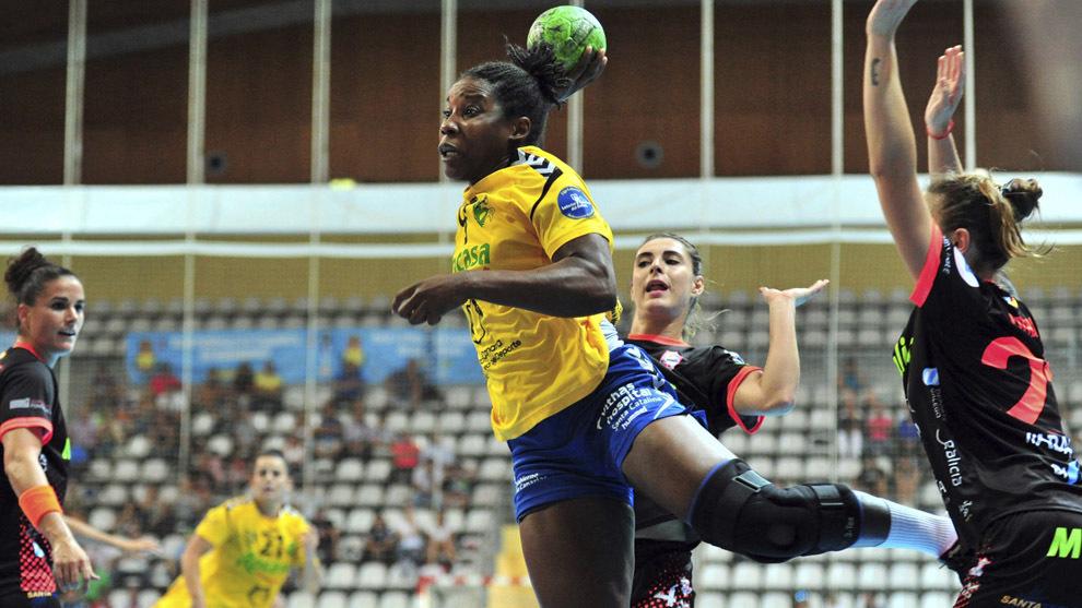 Lisandra Lussón durante un partido contra el Atlético Guardés /...