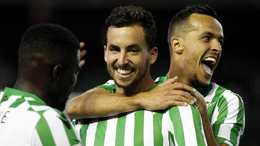 Renella celebra un gol, junto a Kadir, en su etapa en el Betis