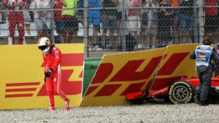 Vettel se aleja cabizbajo de su coche.