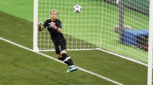 Loris Karius falla al blocar el tiro de Bale en la final de la...