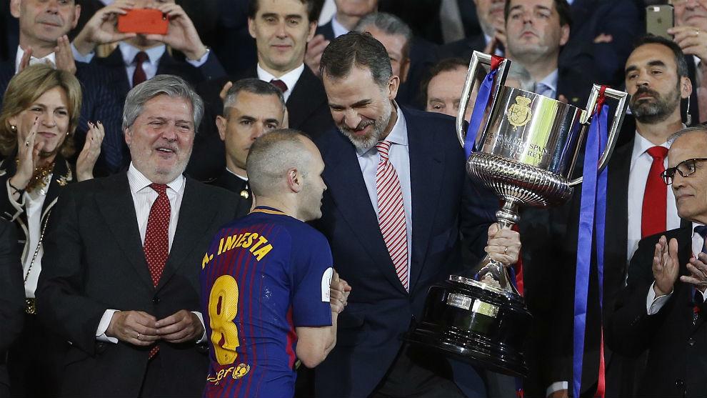 Iniesta recibiendo la Copa del Rey 2018 de las manos del rey de...