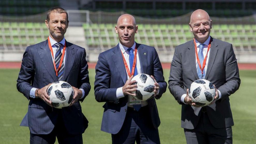 El presidente de la RFEF, Rubiales, junto a los de UEFA y FIFA,...