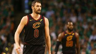 Kevin Love, durante un partido de los Cavaliers, con LeBron difuminado...