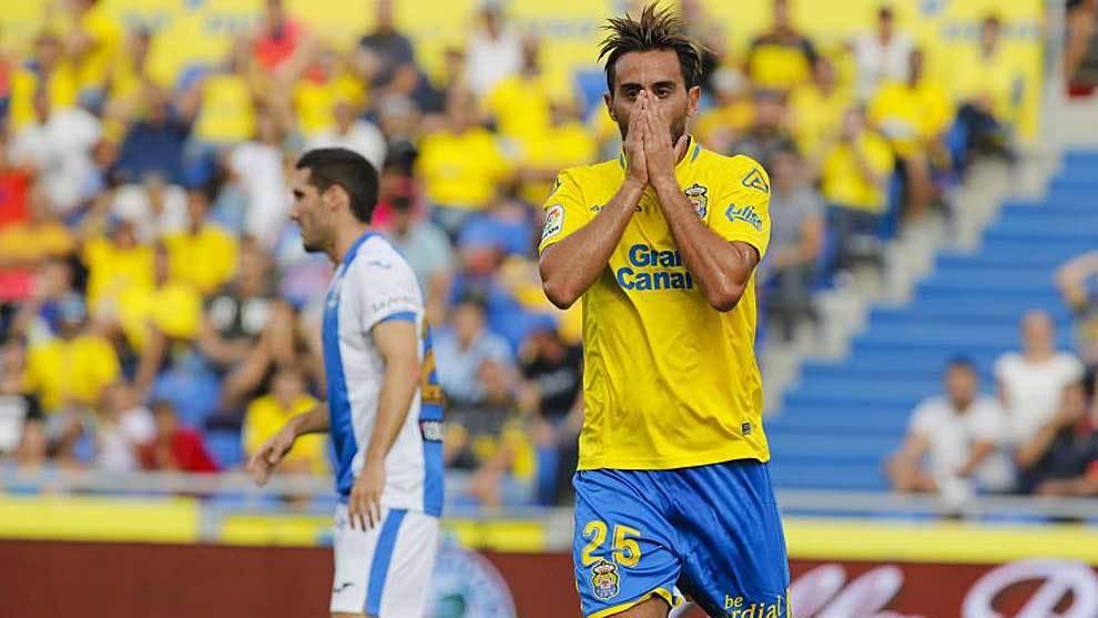 Aquilani se lleva las manos a la cara en el partido liguero ante el...