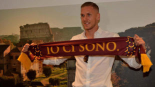 Olsen posa con la camiseta de la Roma.