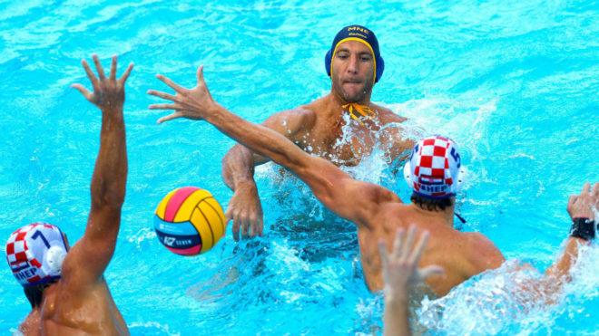 El montengrino A. Radovic lanza ante los croatas Vukicevic y Jokovic.