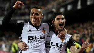Rodrigo y Guedes celebran un gol con el Valencia la temporada pasada.
