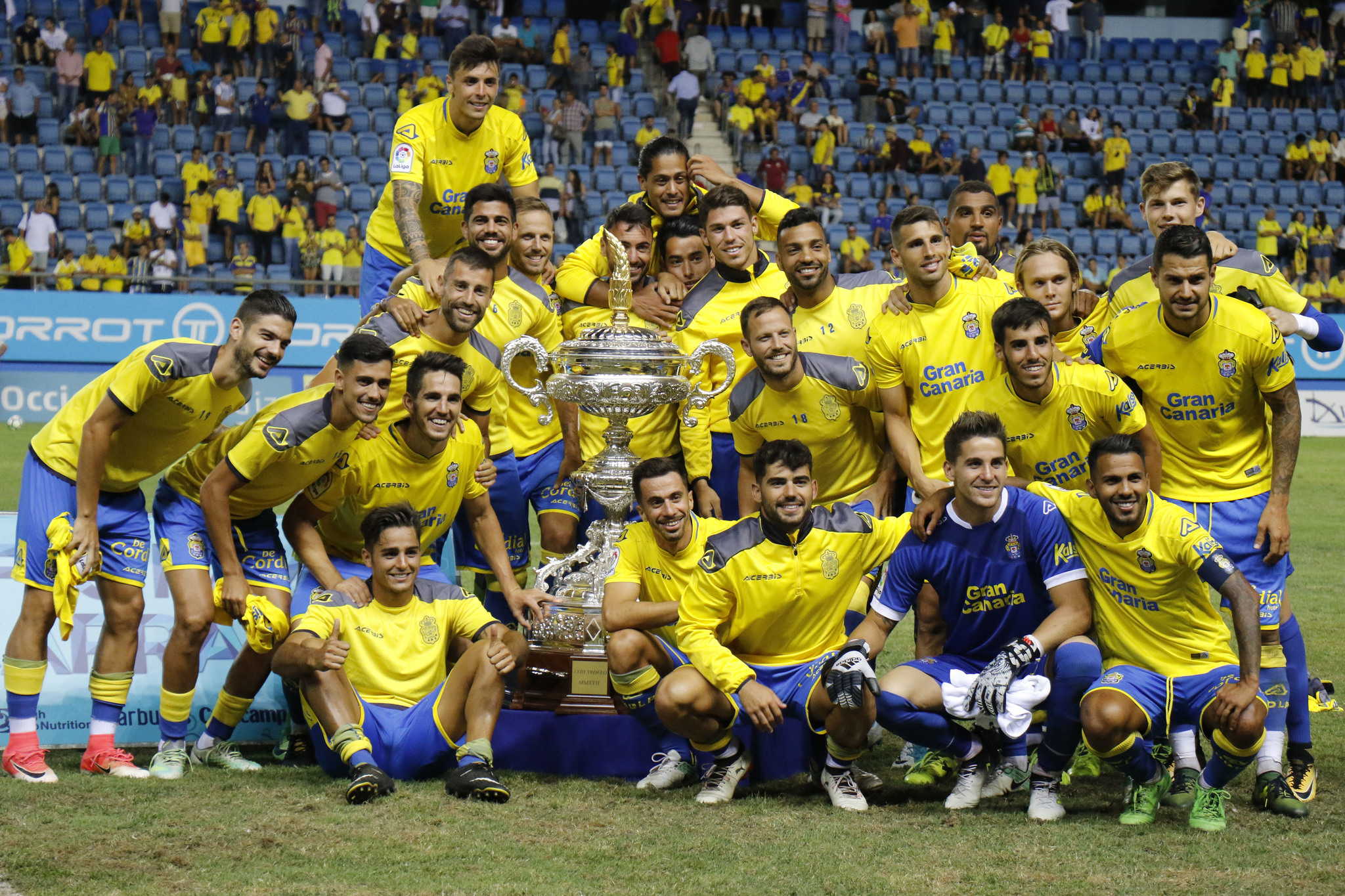 Los jugadores de Las Palmas posan con el Trofeo Carranza de 2017
