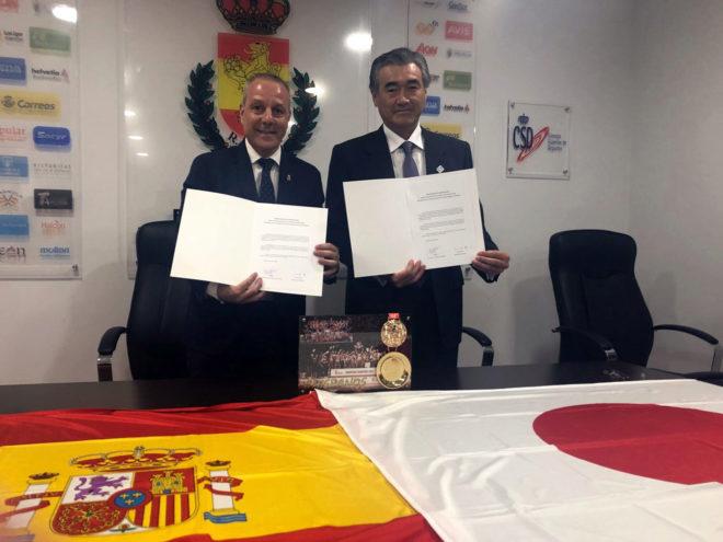 El presidente de la RFEBM y el alcalde de Hikone con el acuerdo...