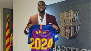 Dika Mem posa con la camiseta del Barcelona
