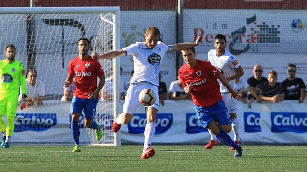 Álex Bergantiños golpea al balón en el partido ante el......