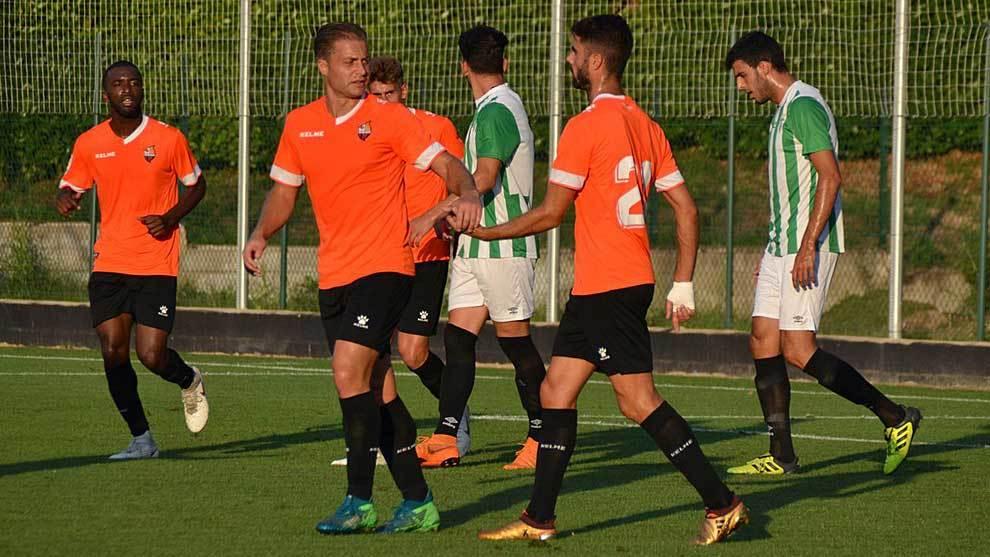 Juan Domínguez es felicitado por un compañero tras el segundo gol