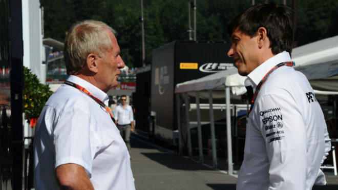 Helmut Marko habla con Toto Wolff.