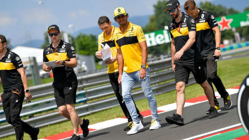 Sainz y su equipo de ingenieros, dando la vuelta a trazado de...