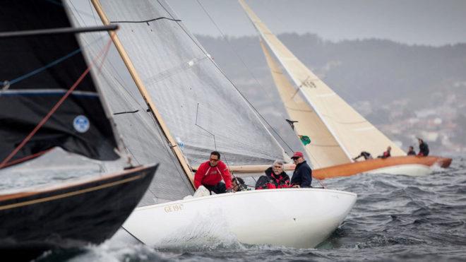 SM el Rey Don Juan Carlos, al timón, navegando en Galicia.
