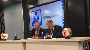Adolfo Aragonés y Javier Tebas, presidentes de la Asobal y de LaLiga...