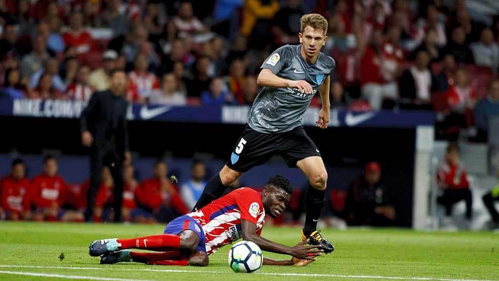 Rolón y Thomas durante el Atlético-Málaga del año pasado en el...