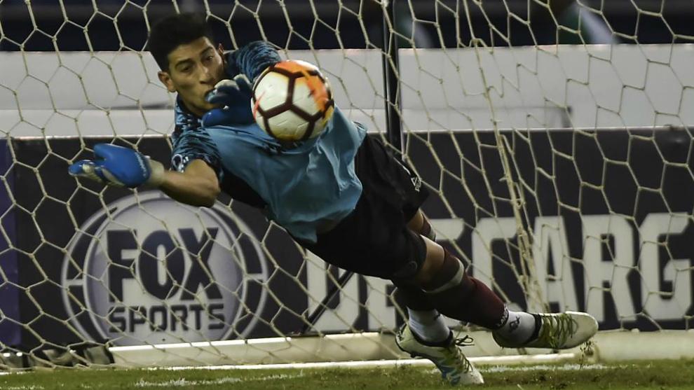 Esteban Andrada detiene un penalti con Lanús.