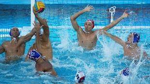 Un jugador croata se dispone a lanzar el balón ante la oposición...