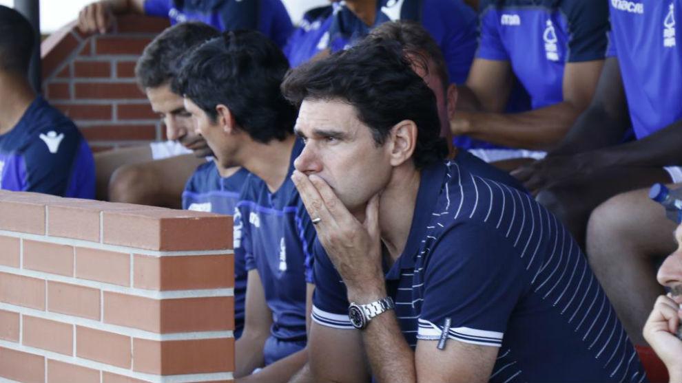 Aitor Karanka observa el amistoso contra el Betis.