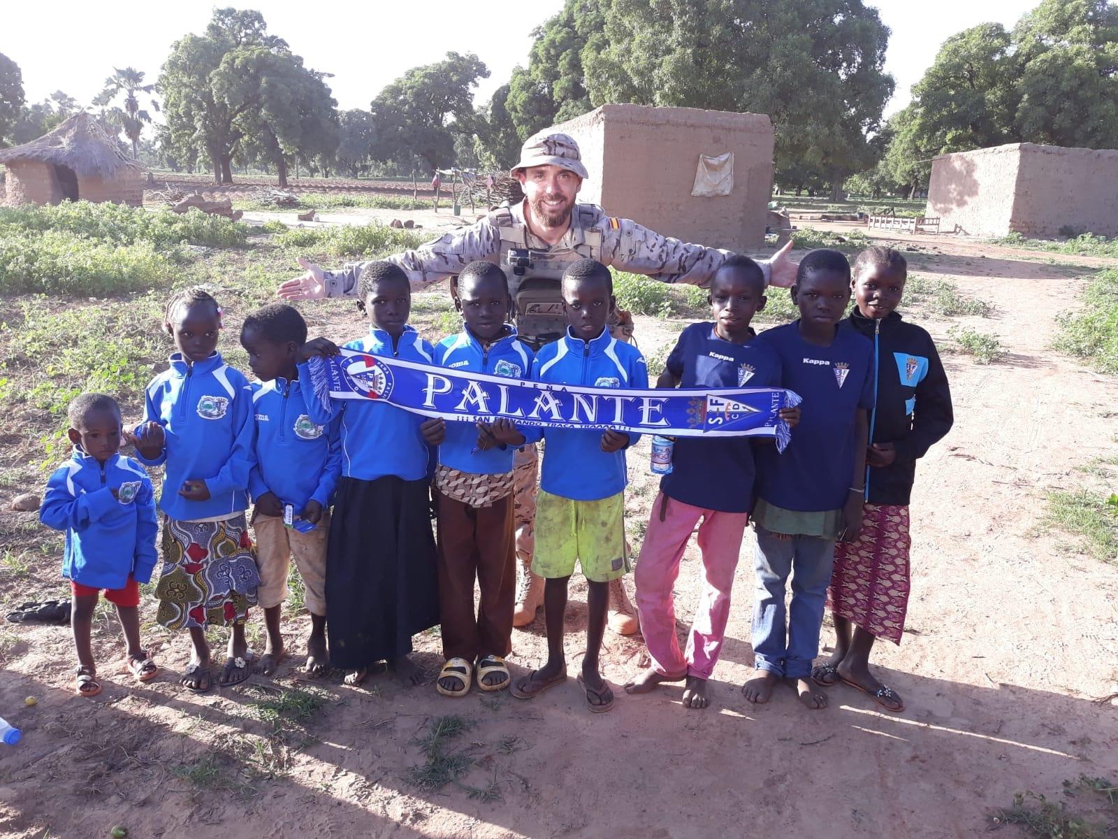 Niños de Mali vestidos con la equipación del equipo