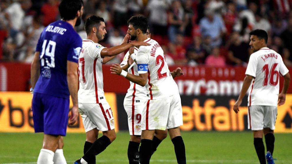 Jugadores del Sevilla celebran uno de los goles ante el Ujpest