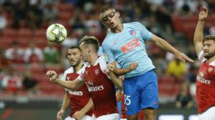 Montero se eleva para rematar un balón de cabeza ante el Arsenal.