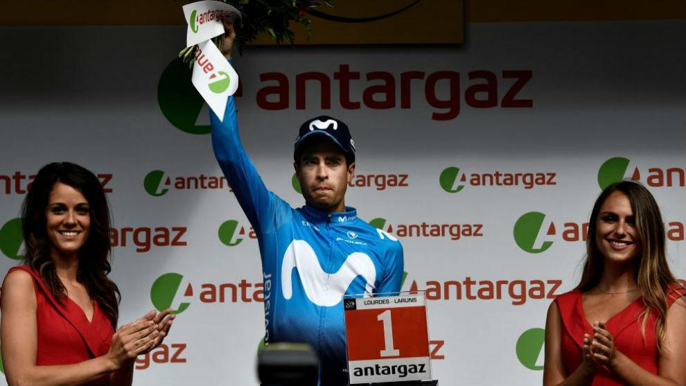 Mikel Landa recibió el premio al más combativo de la etapa.