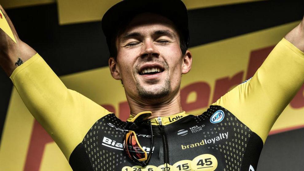 Roglic celebrando en el podio su triunfo de etapa.