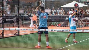 Matías Díaz y Ale Galán saludan a la grada tras su victoria