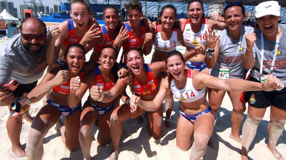 La selección española femenina celebran su última victoria ante...