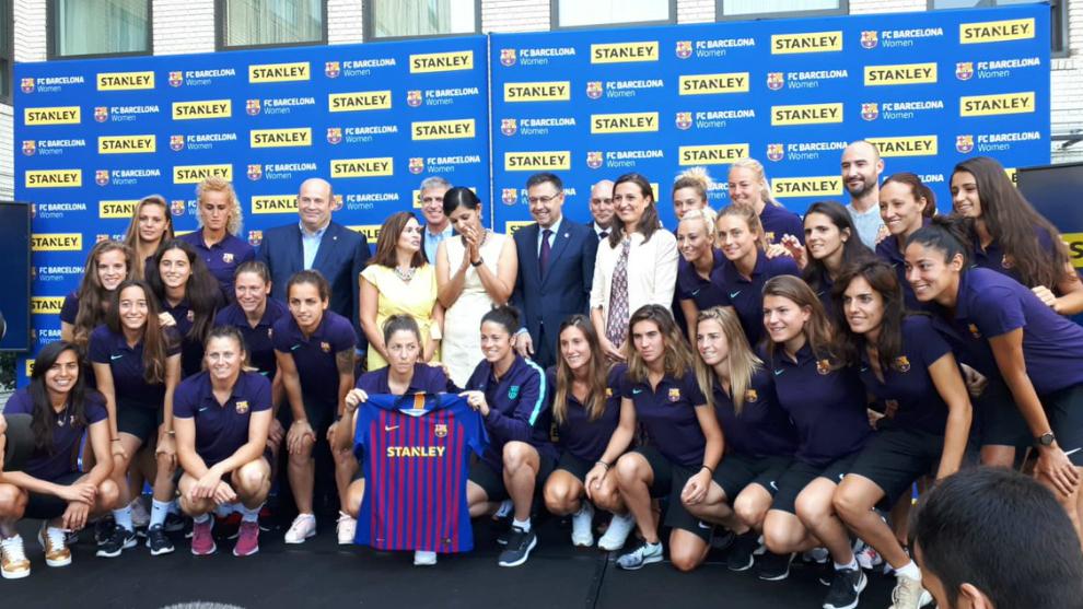 Foto de familia tras el anuncio del acuerdo con Stanley Black &...