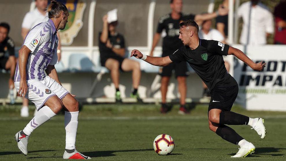 Disputa del balón durante el encuentro Málaga Valladolid