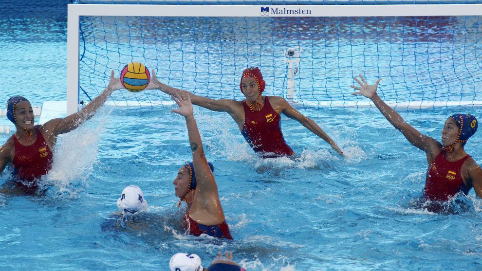 Laura Ester y Anna Espar atajan un lanzamiento de Hungría