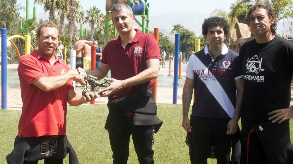 Jorge Fernández Montoro recibe el trofeo en la playa de Carchuna de...