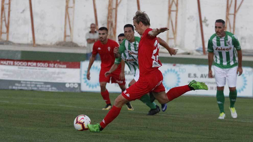 Javi Lara lanza el penalti, en presencia del veterano Abel Gómez, que...