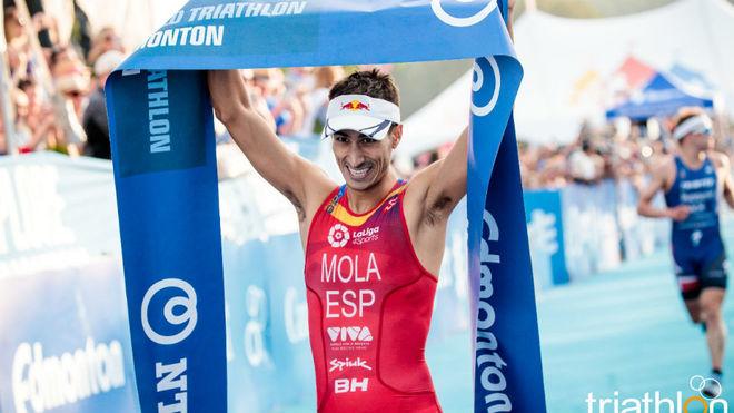 Mario Mola festeja la victoria en línea de meta