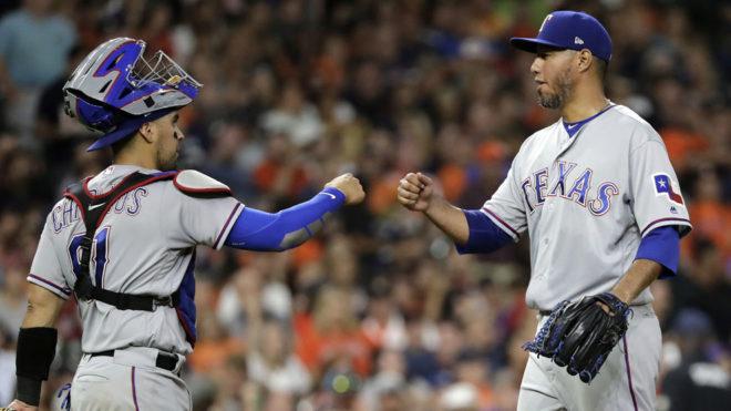 Yovani Gallardo colabora en la victoria de los Rangers.