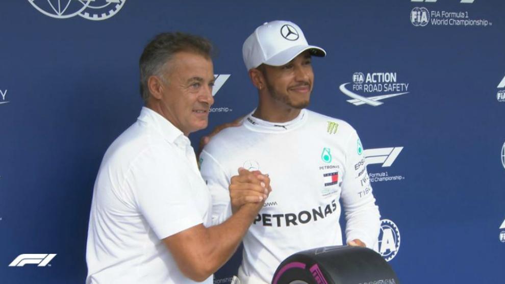 Lewis Hamilton, recibiendo el trofeo por su pole en Hungría
