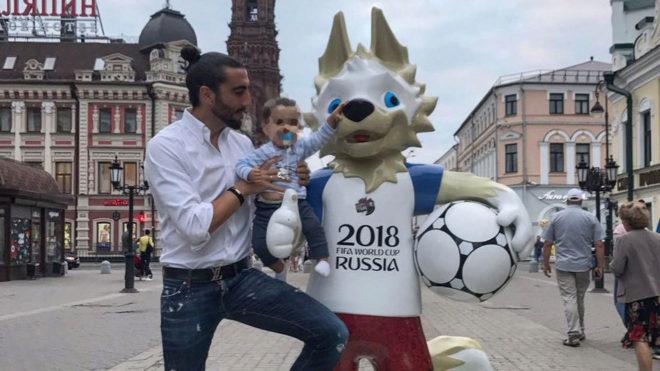 Chico posa con su hijo y la mascota del Mundial.